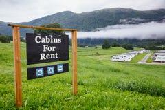 Kabiny dla czynszowego campingu śpiewają z przyczepami w tle Norwegia Scandinavia zdjęcia stock