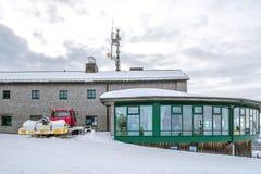 Kabla järnvägsstationen och snöplogen på bergöverkanten Wallberg som täckas med snö, bayerska fjällängar, Bayern, Tyskland royaltyfri foto