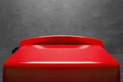 Kabla naziemnego czerwony telefon na szarym ściennym tle Obrazy Stock