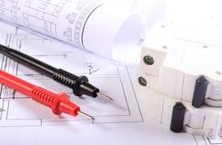 Kablar av multimeteren och den elektriska säkringen med elektriska diagram Royaltyfria Foton