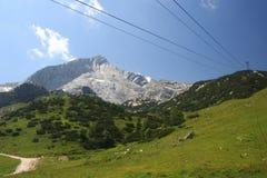 Kablar för kabelbil mot berglandskap Fotografering för Bildbyråer