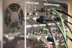 Kablar och binder på TVapparaten Arkivfoto