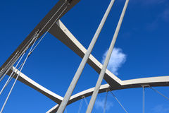 Kablar och himmel för Alsea fjärdbro Arkivfoto