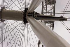 Kablar, rör och strålar som tillsammans komms för att bilda det spektakulära London ögat arkivfoto
