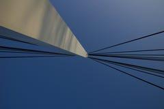Kablar som fästas för att överbrygga pylonen royaltyfri fotografi