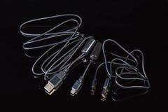 Kablar USB till kortkort-USB och USB till mikro-USB arkivfoto