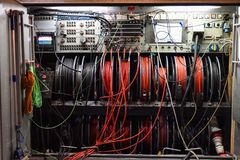 Kable i pulpit operatora telewizji transmisja przewożą samochodem obraz stock
