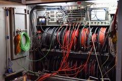 Kable i pulpit operatora telewizji transmisja przewożą samochodem zdjęcia royalty free