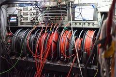 Kable i pulpit operatora telewizji transmisja przewożą samochodem obraz royalty free