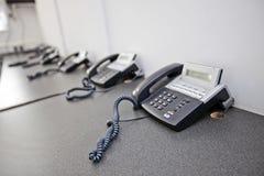 Kabli naziemnych telefony na biurku w telewizyjnej staci Zdjęcie Stock