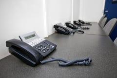 Kabli naziemnych telefony na stole w telewizyjnym studiu Zdjęcia Royalty Free