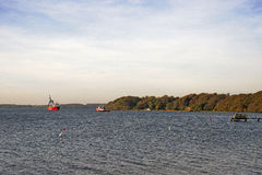 Kablowa statku i holownika łódź w morzu Zdjęcie Stock