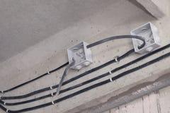 Kablowy k?a?? sufit Elektryczni druty na ?cianie Drutowania zast?pstwo ??czy? ?wiat?o w biurze lub mieszkaniu zdjęcia stock