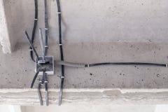 Kablowy k?a?? sufit Elektryczni druty na ?cianie Drutowania zast?pstwo ??czy? ?wiat?o w biurze lub mieszkaniu obrazy stock