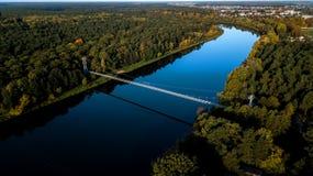 Kablowy most nad rzecznym widokiem od wierzchołka fotografia royalty free
