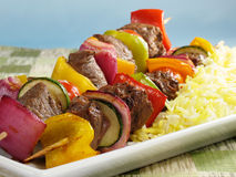 Kabobs da carne com arroz do aç6frão Imagem de Stock