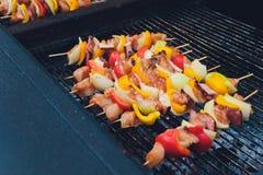 Kabobs de la barbacoa que fuman en la parrilla Carne ahumada y verduras Asado a la parilla de kebabs en la barbacoa Foco selectiv fotografía de archivo libre de regalías