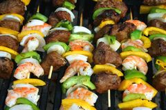 Kabobs de Shish da carne e do camarão Fotografia de Stock Royalty Free