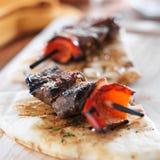 Kabobs del filete de solomillo mini con el pan Pita Fotografía de archivo libre de regalías