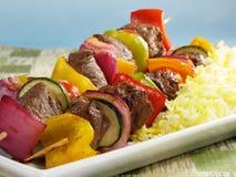Kabobs del manzo con il riso dello zafferano Immagine Stock