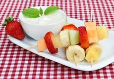 Kabobs della frutta con il tuffo Fotografia Stock
