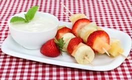 Kabobs e tuffo della frutta fresca Immagini Stock Libere da Diritti