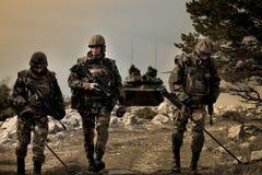 Kaboel, Afghanistan - circa, 2011 controleren de weg mijnen tijdens een gevechtsopdracht in Afghanistan royalty-vrije stock foto's