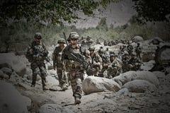 Kaboel, Afghanistan - Maart 14, 2011 De legionairs bestuderen het terrein voor verdere actie tijdens een gevechtsopdracht Stock Foto