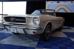 1965 Kabriolett Ford Mustang auf Anzeige am 50. Jahrestag Eve lizenzfreies stockfoto