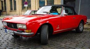 Kabriolett Peugeots 504 Auto der großen Familie Stockfotos