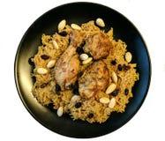 Kabsa με το κοτόπουλο και αμύγδαλα στο πιάτο με το άσπρο υπόβαθρο Στοκ Εικόνες