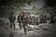 Kabul Afghanistan - mars 14, 2011 Legionärer studerar terrängen för ytterligare handling under en stridbeskickning Arkivfoto