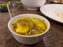 Kaccha aam chutney cukierki n niedojrzałego podśmietania mangowa zalewa na porcelanowej gliny pucharze obraz stock