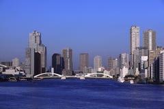 Kachidoki桥梁和Sumida河在东京,日本 免版税库存照片