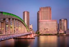 Kachidoki-Brücke und Sumida-Fluss am Abend, Tokyo lizenzfreies stockbild