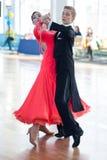 Kachura Ivan en Sirotko Anastasiya voert Standaardprogramma jeugd-2 uit Royalty-vrije Stock Foto