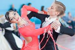 Kachura Ivan en Sirotko Anastasiya voert Standaardprogramma jeugd-2 uit Stock Afbeeldingen