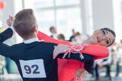 Kachura Ivan och Sirotko Anastasiya utför det standarda programmet Youth-2 Royaltyfri Foto