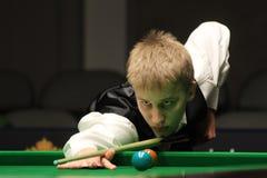 """Kacper Filipiak van Polen speelt snooker tijdens de toernooien""""victoria Bulgarije open† van de Wereldsnooker in Sofia royalty-vrije stock foto's"""