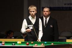 """Kacper Filipiak van Polen speelt snooker tijdens de toernooien""""victoria Bulgarije open† van de Wereldsnooker in Sofia stock foto"""