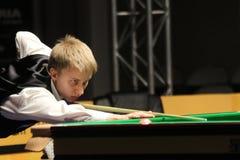 """Kacper Filipiak van Polen speelt snooker tijdens de toernooien""""victoria Bulgarije open† van de Wereldsnooker in Sofia Royalty-vrije Stock Foto"""