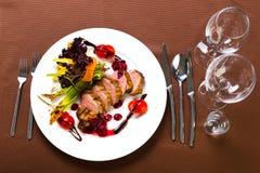 Kaczka piec z warzywami i ziele Zdjęcia Stock