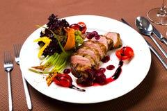 Kaczka piec z warzywami i ziele Zdjęcie Royalty Free