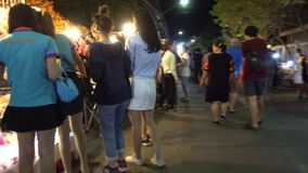 Kad Kong Ta som går gatamarknaden stock video