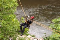 Kadan,捷克, 2012年6月6日:锻炼救援队 训练抢救人民在水坝的Kadan不能进入的地形 Recov 图库摄影
