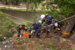 Kadan,捷克, 2012年6月6日:锻炼救援队 训练抢救人民在水坝的Kadan不能进入的地形 Recov 库存照片
