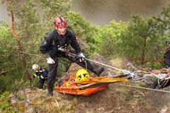 Kadan, чехия, 6-ое июня 2012: Спасательные команды тренировки Тренируя люди спасения в труднопоступной местности на запруде Kadan стоковые изображения rf