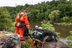 Kadan, чехия, 6-ое июня 2012: Спасательные команды тренировки Тренируя люди спасения в труднопоступной местности на запруде Kadan стоковая фотография rf