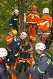 Kadan, чехия, 6-ое июня 2012: Спасательные команды тренировки Тренируя люди спасения в труднопоступной местности на запруде Kadan стоковое фото rf