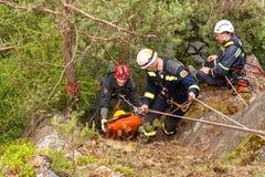 Kadan Tjeckien, Juni 6, 2012: Övningsräddningsaktionenheter Utbildande räddningsaktionfolk i oåtkomlig terräng på fördämningen Ka Arkivfoto